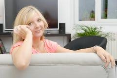 Reife blonde Frau, die am Handy spricht Lizenzfreies Stockbild