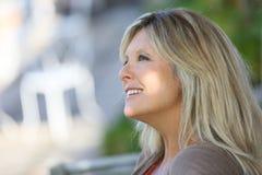 Reife blonde Frau, die sich draußen entspannt Lizenzfreie Stockfotografie