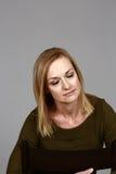 Reife blonde Frau mit geschlossenen Augen Lizenzfreie Stockfotos