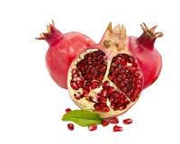 Reife bunte Granatapfelfrucht auf weißem Hintergrund Lizenzfreie Stockfotografie