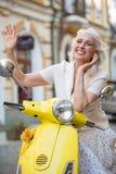 Reife Dame bewegt Hand wellenartig lizenzfreie stockfotos