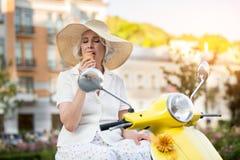 Reife Dame, die Eiscreme isst stockfotografie