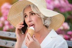 Reife Dame mit Handy lizenzfreie stockfotografie