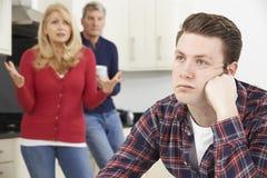 Reife Eltern frustriert mit dem erwachsenen Sohn, der zu Hause lebt stockfoto