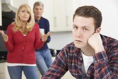 Reife Eltern frustriert mit dem erwachsenen Sohn, der zu Hause lebt stockfotos