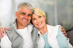 Reife entspannende Paare Lizenzfreie Stockfotografie