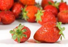 Reife Erdbeere auf einer weißen Hintergrundnahaufnahme Lizenzfreie Stockfotos