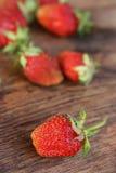 Reife Erdbeere auf hölzernem Hintergrund Lizenzfreie Stockbilder