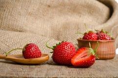 Reife Erdbeere in einer hölzernen Schüssel Stockbild