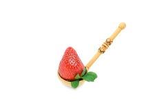 Reife Erdbeere ist ein hölzerner Löffel stockbild