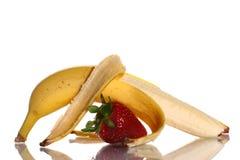 Reife Erdbeere und Banane stockfotografie