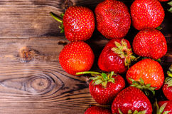 Reife Erdbeeren auf Holztisch Beschneidungspfad eingeschlossen Lizenzfreie Stockfotografie