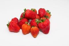 Reife Erdbeeren auf weißem Zähler Lizenzfreie Stockfotos
