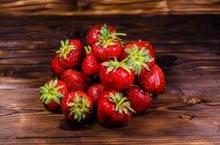 Reife Erdbeeren in der Glasschüssel auf Holztisch Lizenzfreie Stockfotografie