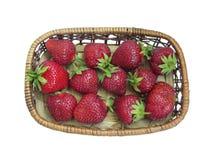 Reife Erdbeeren im Korb auf weißem Hintergrund Lizenzfreie Stockbilder