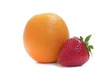 Reife Erdbeeren und Orange Lizenzfreie Stockbilder