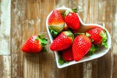Reife Erdbeeren und Tangerinescheiben lizenzfreie stockfotos