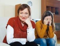 Reife erwachsene Tochter der Mutter und des Schreiens Stockfotos
