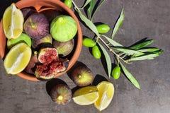 Reife Feigen Zitronenscheiben und -oliven Stockfotos