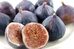 Reife Früchte einer Feige auf Weiß Stockfotos