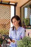Reife Frau, die das Internet auf digitaler Tablette grast Lizenzfreies Stockfoto