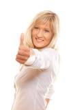 Reife Frau, die Daumen herauf das Zeichen lokalisiert gibt Lizenzfreies Stockfoto