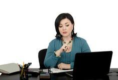 Reife Frau, die einen on-line-Finanzberater bearbeitet Stockbild