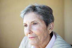 Reife Frau, die einsam und deprimiert sich fühlt Stockbild