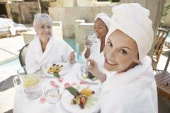 Reife Frau, die gesunde Nahrung mit Freunden isst Lizenzfreie Stockbilder