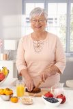 Reife Frau, die gesundes Frühstück zubereitet Lizenzfreies Stockfoto