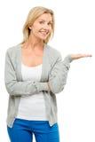 Reife Frau, die leeres Raumglückliches lokalisiert auf weißem backgr zeigt Lizenzfreies Stockfoto