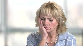 Reife Frau, die unter Zahnschmerzen leidet stock video