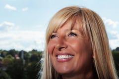 Reife Frau, die vorwärts schaut Lizenzfreie Stockbilder