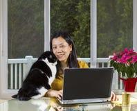 Reife Frau, die zu Hause Telearbeit leistet Stockbilder