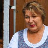 Reife Frau in einem Stadtpark lizenzfreie stockbilder