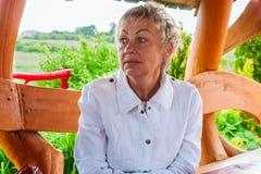 Reife Frau in einem Stadtpark lizenzfreies stockbild
