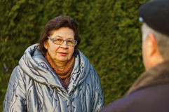 Reife Frau in einem Stadtpark stockfoto