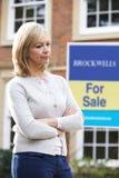 Reife Frau gezwungen, durch Finanzprobleme nach Hause zu verkaufen stockbild