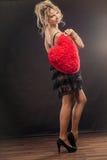 Reife Frau hält großes rotes Herz Lizenzfreies Stockbild
