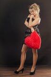 Reife Frau hält großes rotes Herz Lizenzfreies Stockfoto