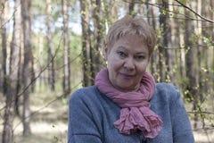 Reife Frau im Wald Stockbild