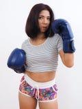 Reife Frau mit blauen Boxhandschuhen stockbild