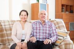 Reife Frau mit lächelndem Ehemann Stockbild