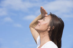 Reife Frau mit positiver Aussicht Stockbilder