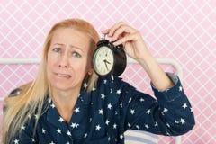 Reife Frau mit Schlaflosigkeit Stockfotos