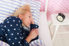 Reife Frau mit Schlaflosigkeit Stockbild