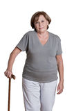 Reife Frau mit Spazierstock Stockfotografie