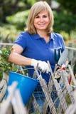 Reife Frau mit Werkzeugen im Garten Lizenzfreies Stockfoto