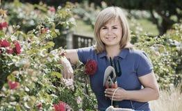 Reife Frau mit Werkzeugen im Garten Lizenzfreie Stockbilder
