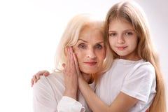 Reife Frau nahe ihrer Enkelin lizenzfreies stockfoto